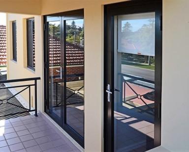 Входные двери из стекла для загородного дома