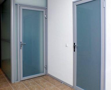 распашная алюминиевая дверь со стеклом