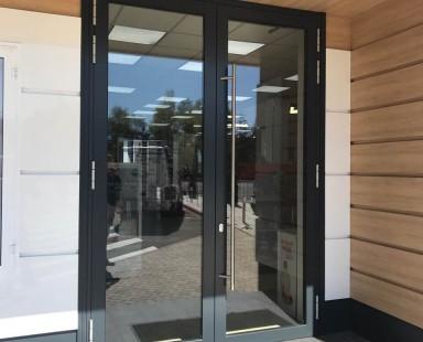 Входные двери из стекла для офиса