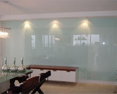 стеклянная облицовка стены